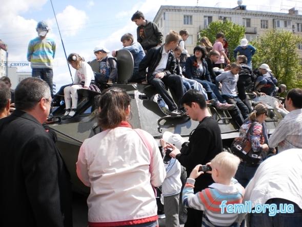 Выставка ретро-автомобилей, облепленная детьми военная техника