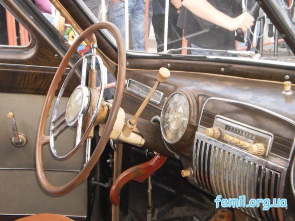 Выставка ретро-автомобилей, приборная панель ЗиМа