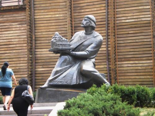 Князь киевский с макетом Киева