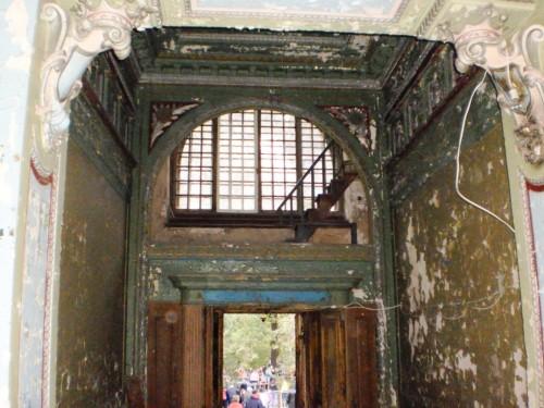Лестница для слуг над входом