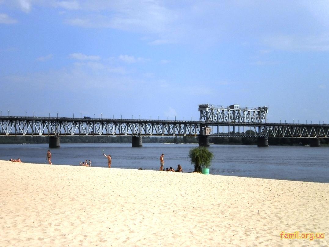 Мост через реку Днепр (вид с пляжа)