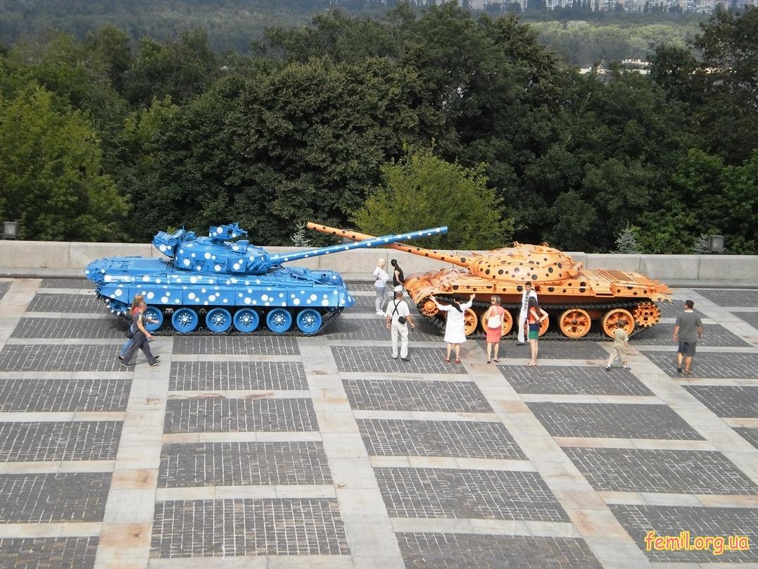 Разноцветные танки, Киев
