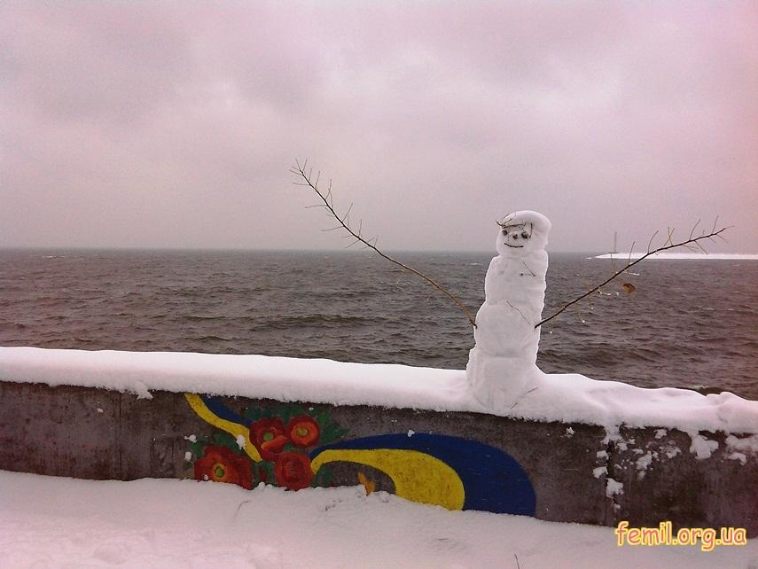 Снеговик на фоне реки Днепр