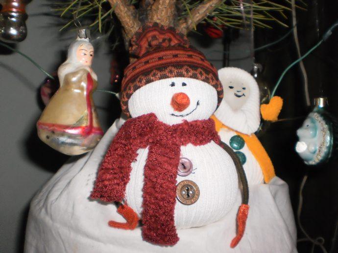 Снеговик под елкой