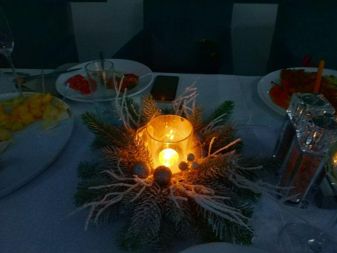 Новогодняя свеча на праздничном столе