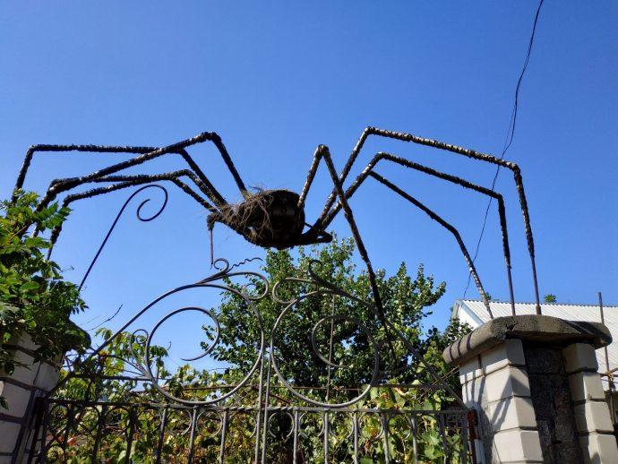 Инсталляция паука над калиткой частного дома