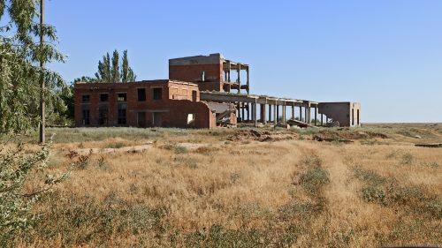 Разрушенный солевой завод возле розового озера, Арабатская стрелка